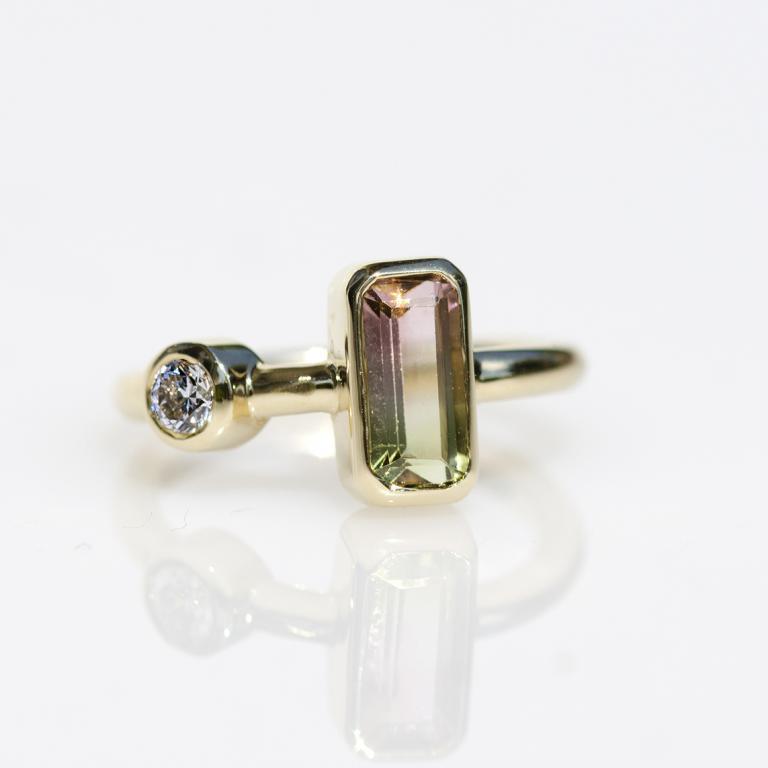 Arany eljegyzési gyűrű gyémánttal és dinnye turmalinnal