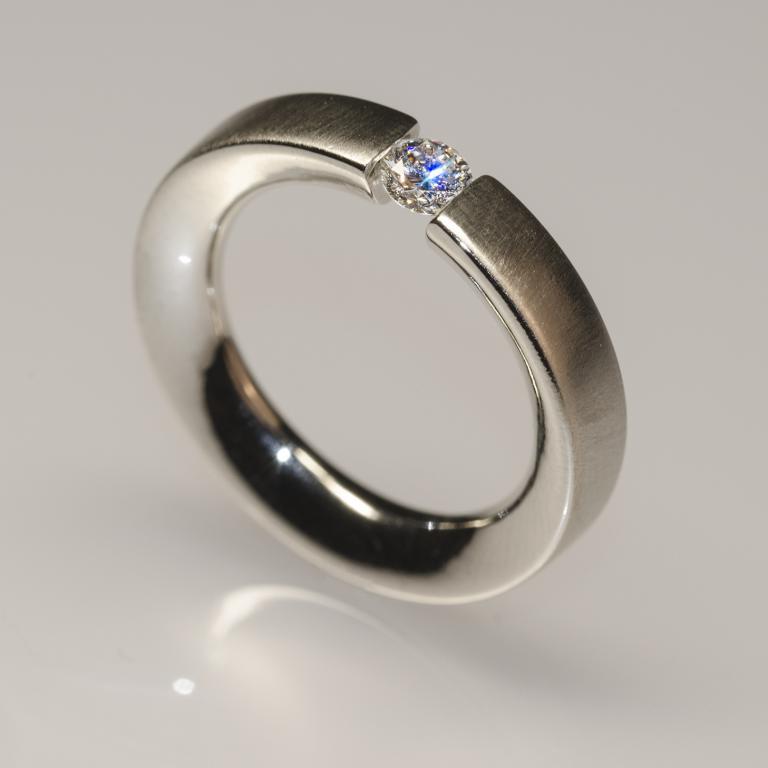 Eljegyzési gyűrű, fehér arany feszített foglalatos gyémánttal