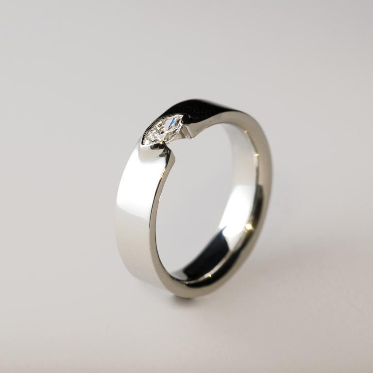 Jegygyűrű fehér arany navette csiszolású gyémánttal