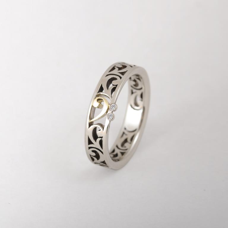 Fehér arany, áttört eljegyzési gyűrű két apró gyémánttal
