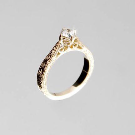 Cizellált arany eljegyzési gyűrű briliánssal