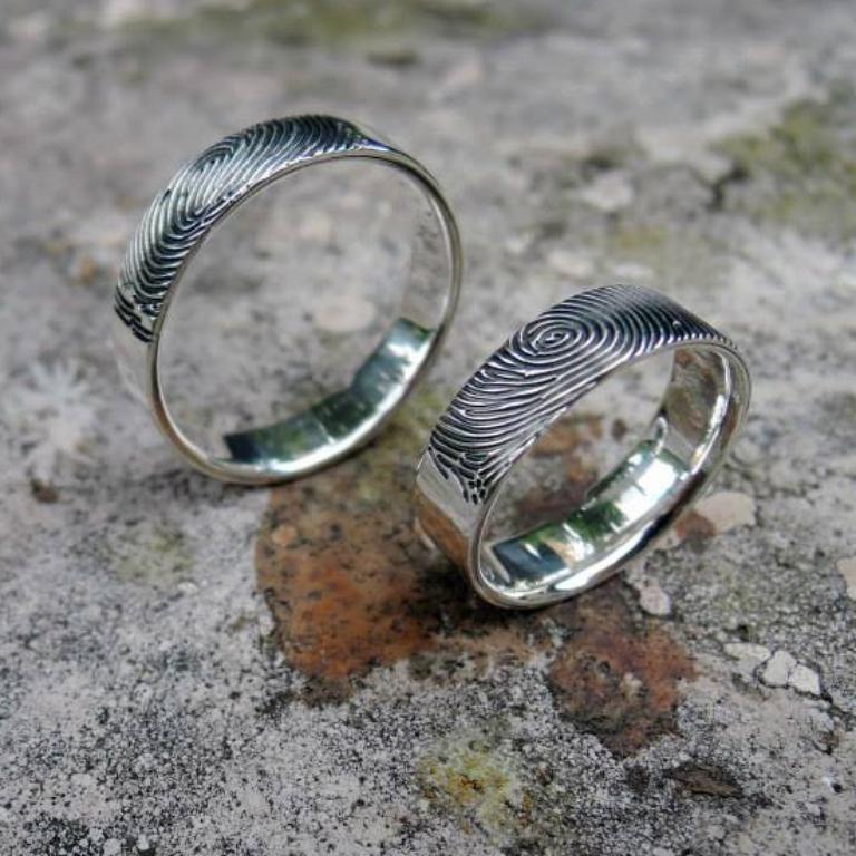 Ezüst jegygyűrű pár, a felületén a jegyespár ujjlenyomatával