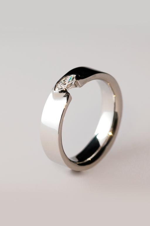 Egyedi ékszer, eljegyzési gyűrű navette gyémánttal