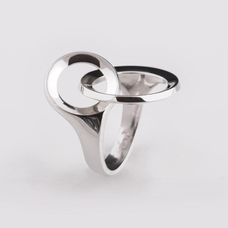 Ezüst gyűrű, egymásba fonódó karikák