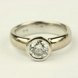 Button, zárt foglalatos gyémánt gyűrű