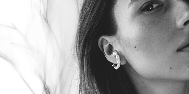 Ezüst fülbevaló gyöngyökkel modellen