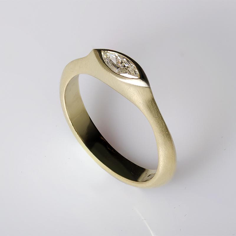Egyedi rendelés, arany eljegyzési gyűrű navett csiszolású gyémánttal