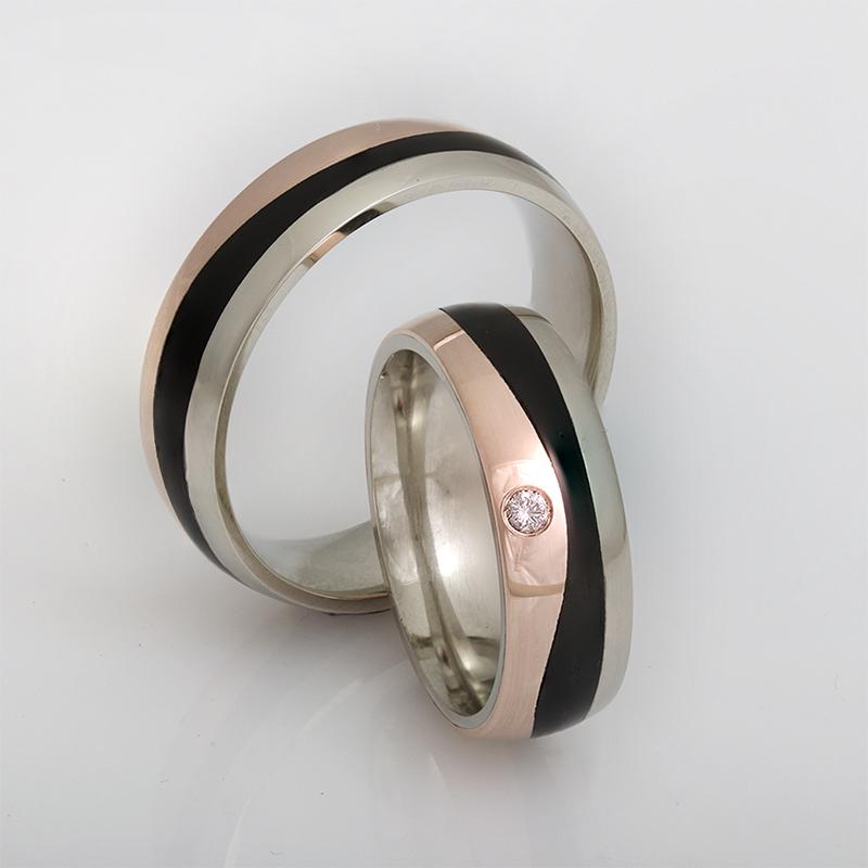 Karikagyűrű pár karbon betéttel, rozé arany és fehér arany felhasználásával