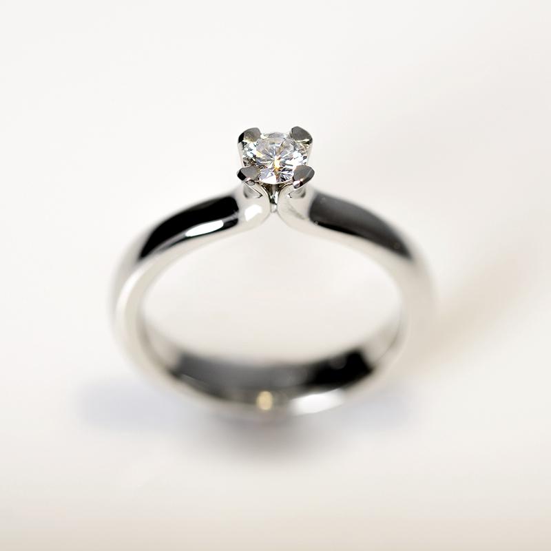 Egyedi megrendelés szoliter eljegyzési gyűrű briliáns csiszolású 0,2 karátos gyémánttal