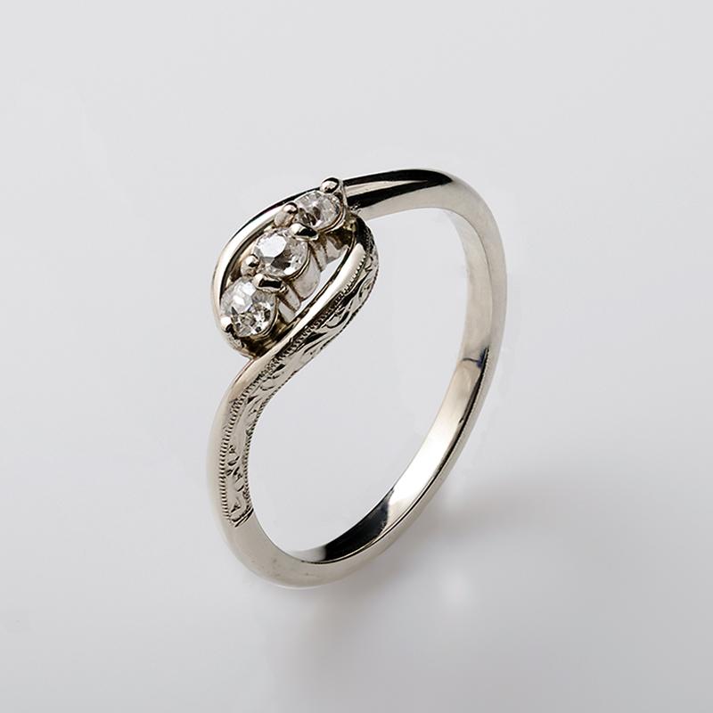 Fehér arany gyűrű gyémántokkal.
