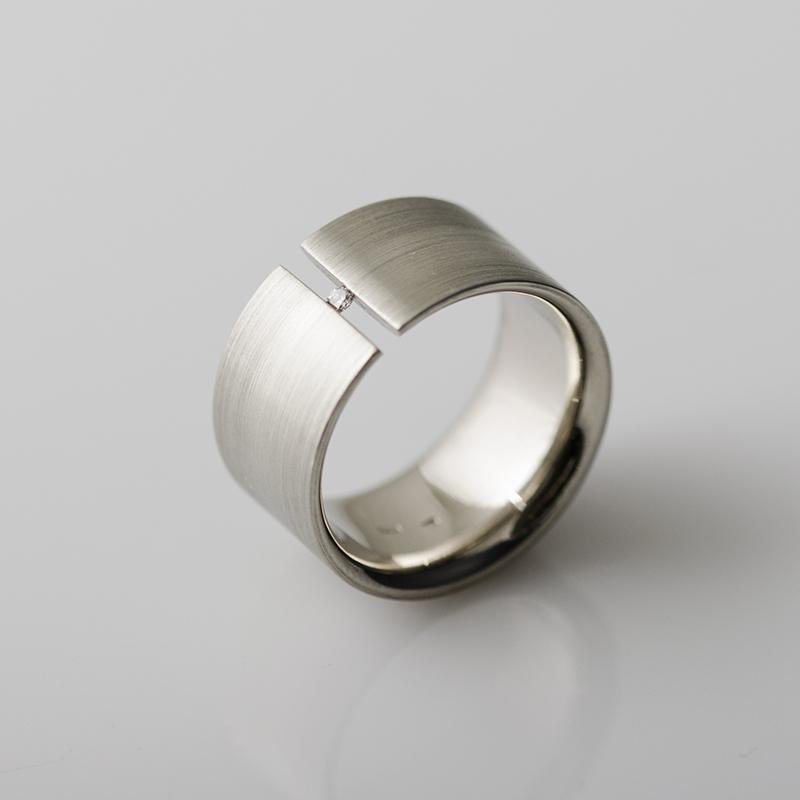 Feszített foglalatos gyémánt jegygyűrű