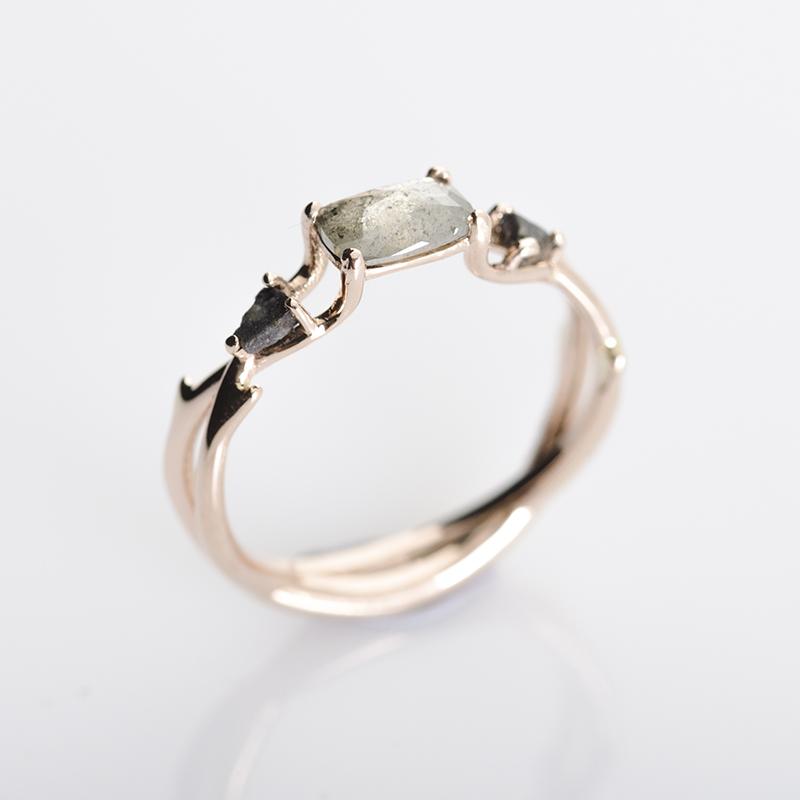Hold meteorit és salt and pepper gyémántos eljegyzési gyűrű.