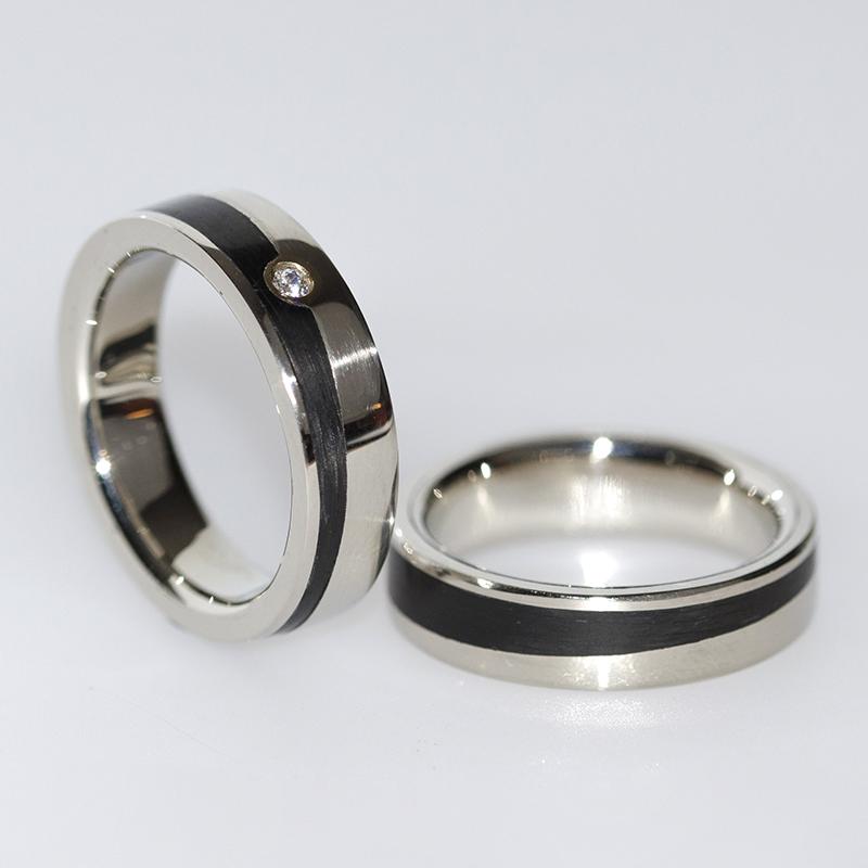 Jegygyűrű, fehér arany, gyémánttal, karbon csíkkal