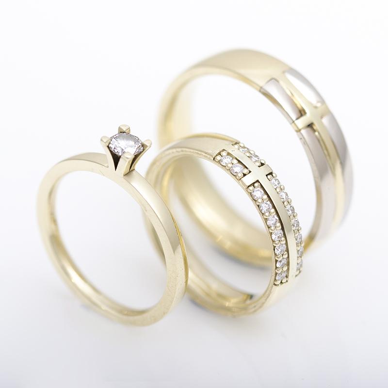 Egyedi tervezésú jegygyűrű és eljegyzési gyűrű szett kereszt motívummal
