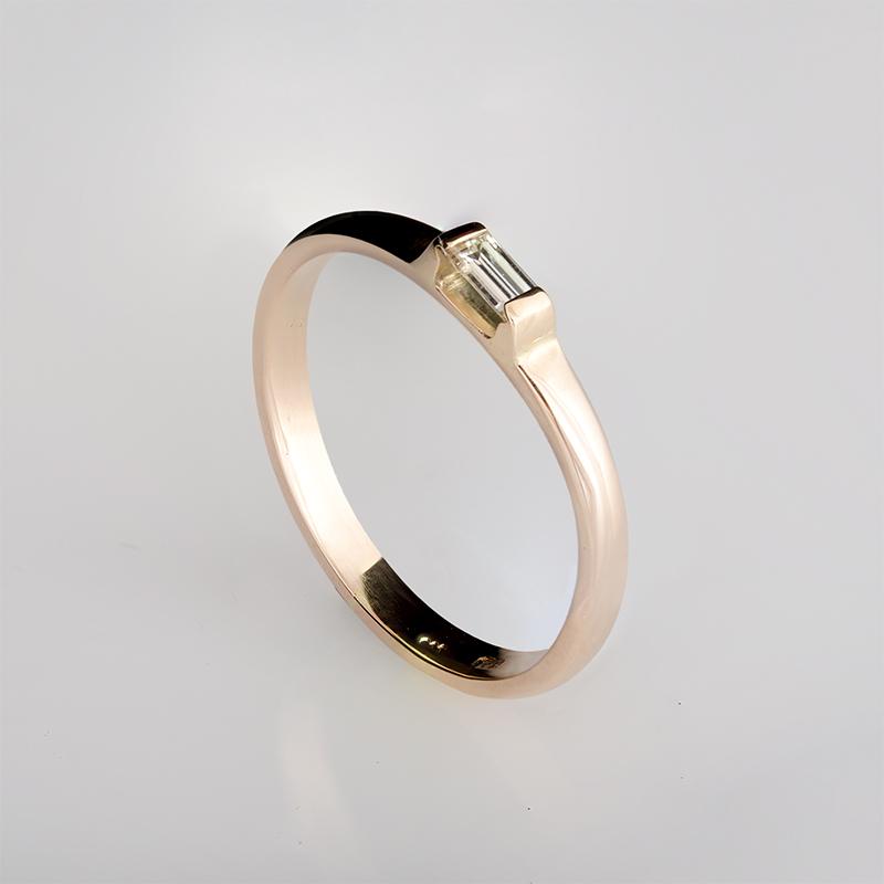 Rozé arany eljegyzési gyűrű baguette csiszolású gyémánttal minimál stílusban
