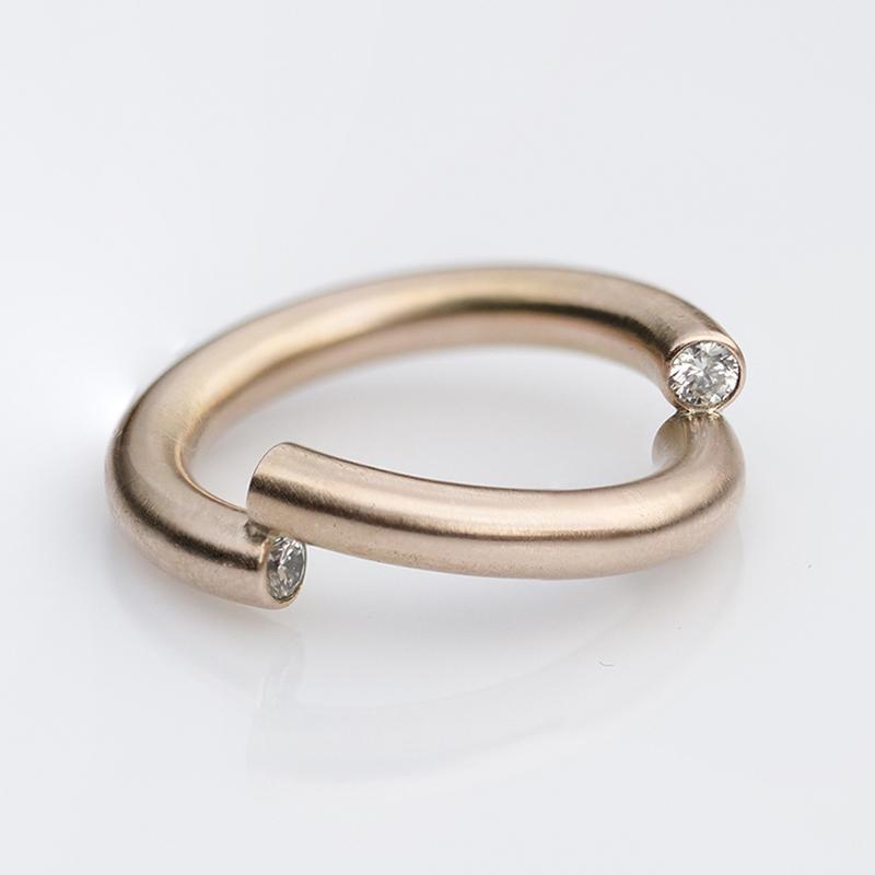 Minimalista karikagyűrű, jegygyűrű gyémántokkal