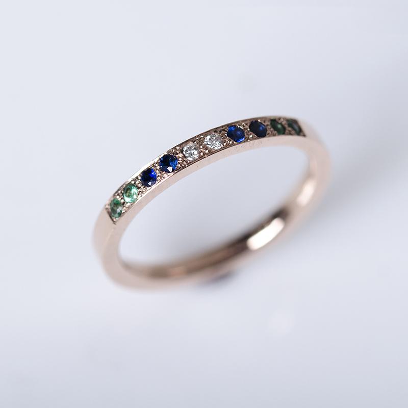 Rozé arany eljegyzési gyűrű gyémánt, zafír és smaragd kövekkel